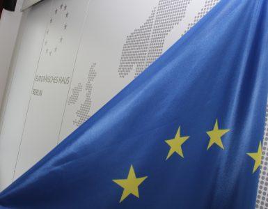 EU-Flagge vor Europakarte