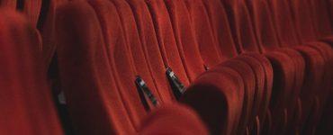 Kinosaal mit roten Sitzen