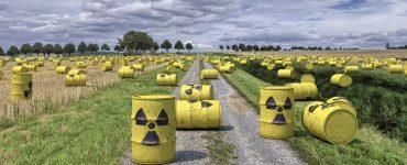 Atommüll liegt in der Natur.